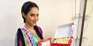 Rishina Kandhari distributing sweets