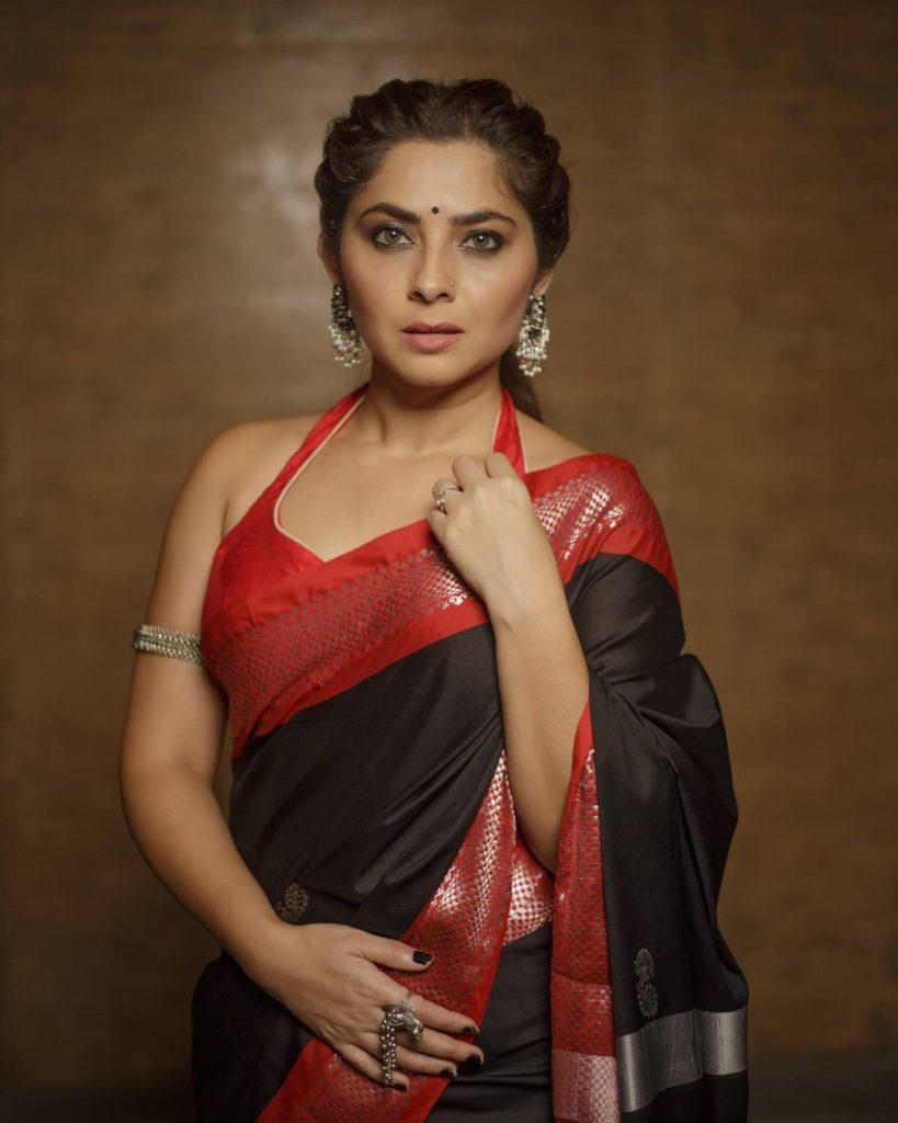 , Sonali Kulkarni Biography, Age, Images, Height, Figure, Net Worth